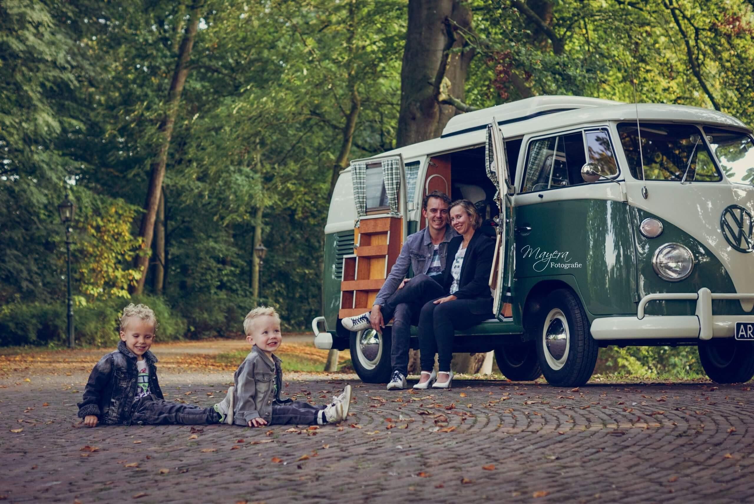 Familie foto in volkswagen bus