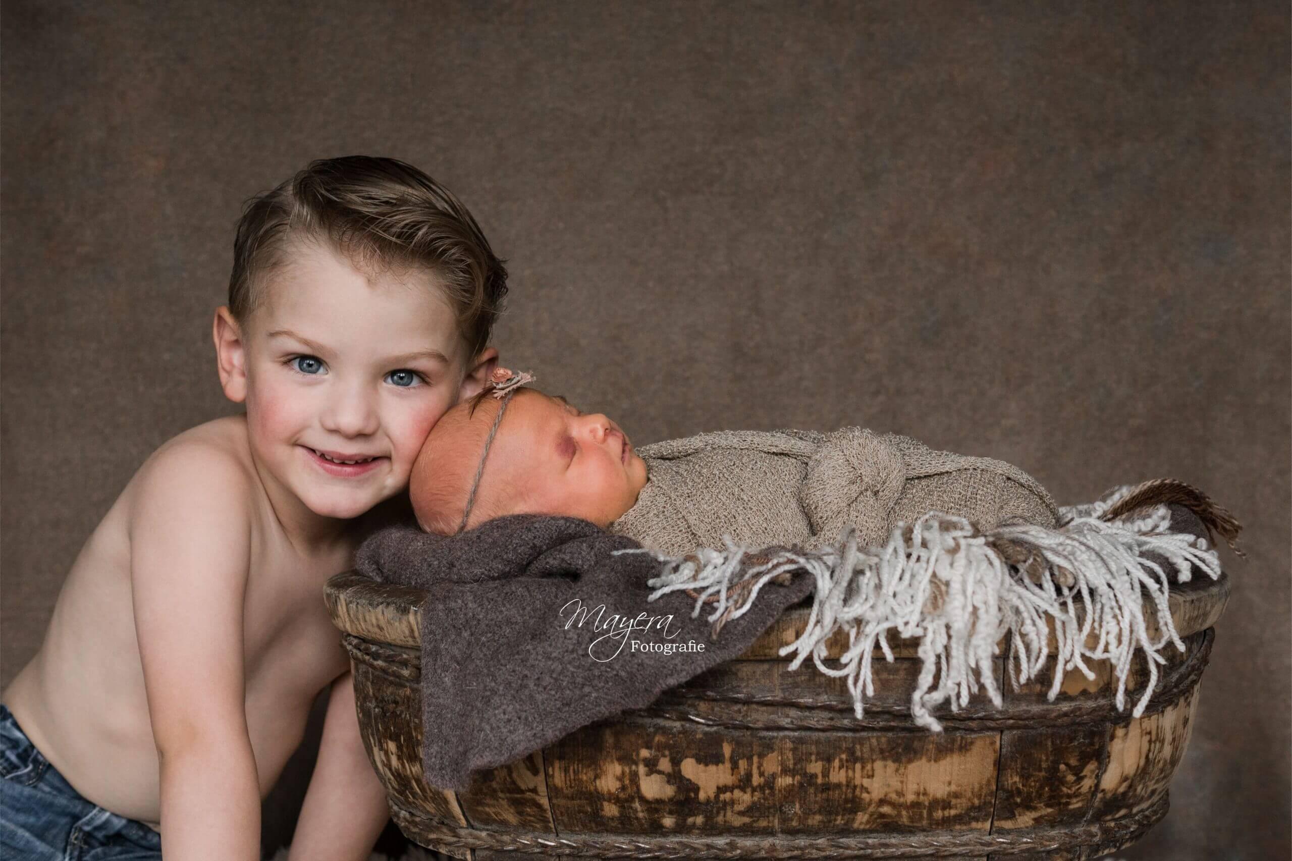 Grote broer newborn meisje