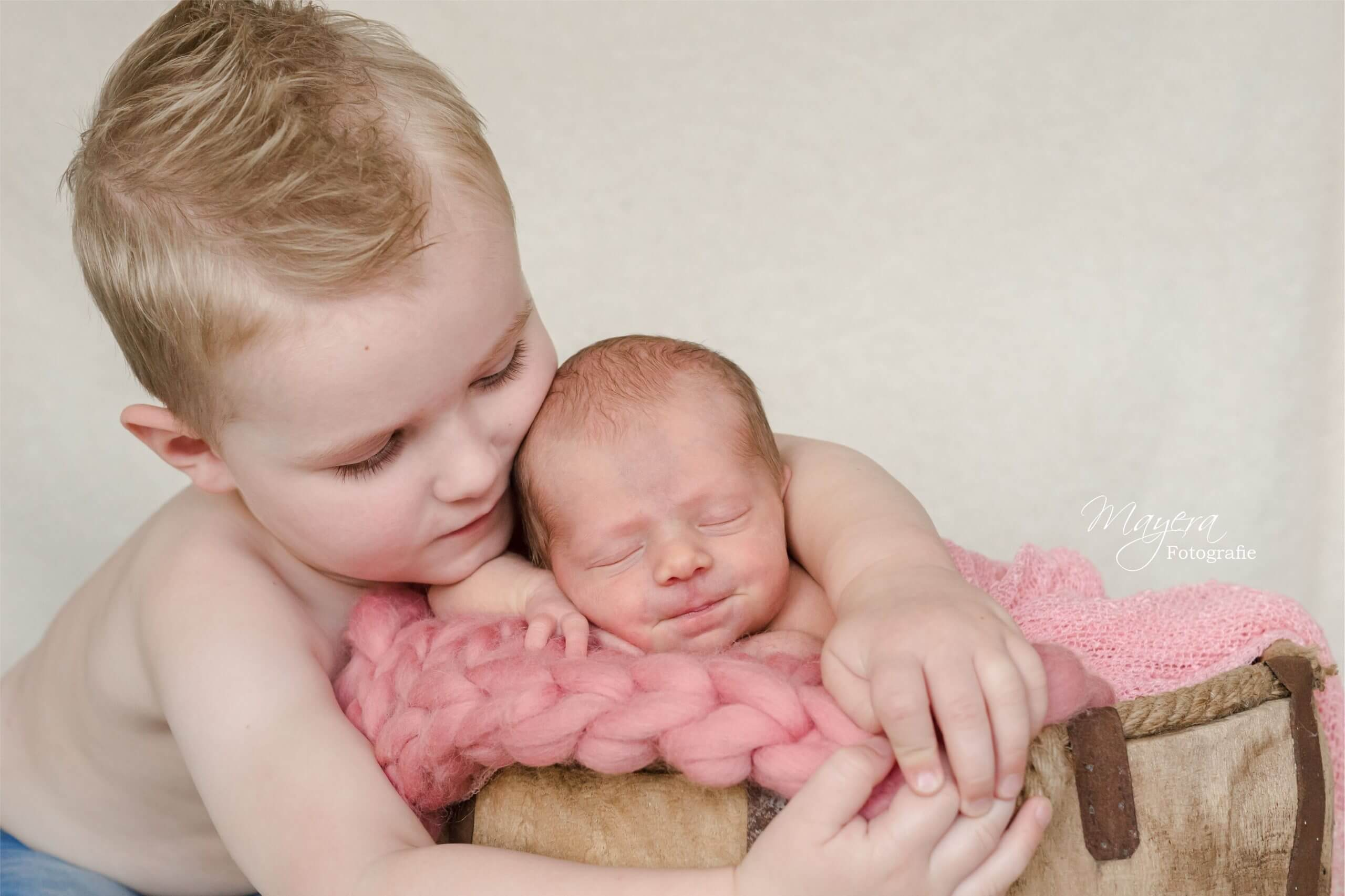 Newborn-grote-broer-baby-Soest-scaled