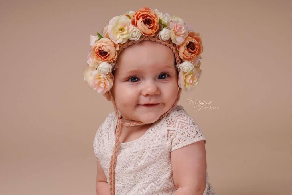 baby-meisje-bloemen-vrolijk-studio-wijk-bij-duurstede-scaled