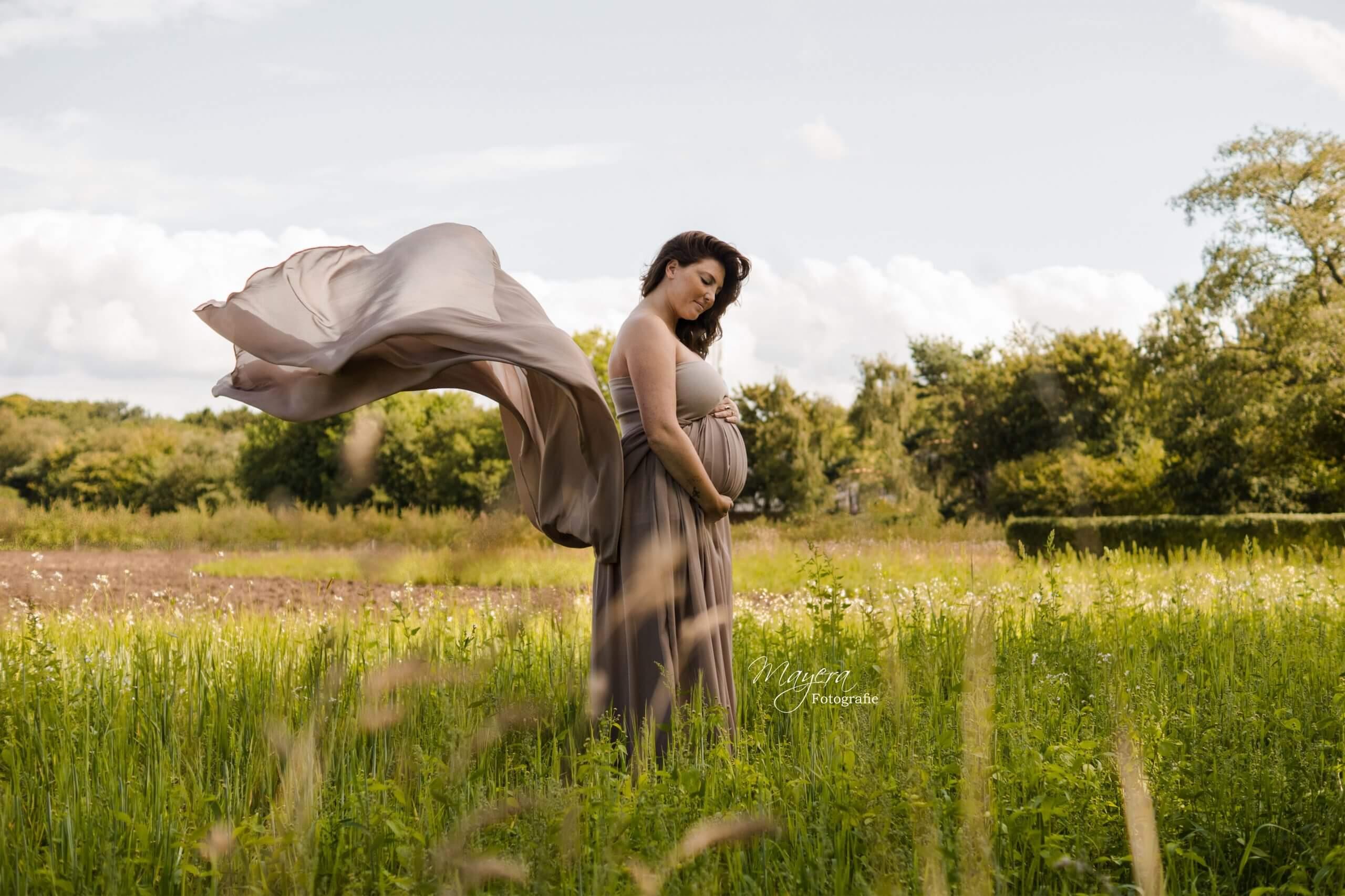 beige handgemaakte jurk buiten bloemen