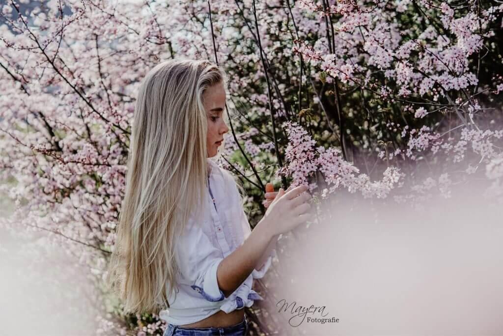 bloesem-meisje-buiten-lente-1-scaled