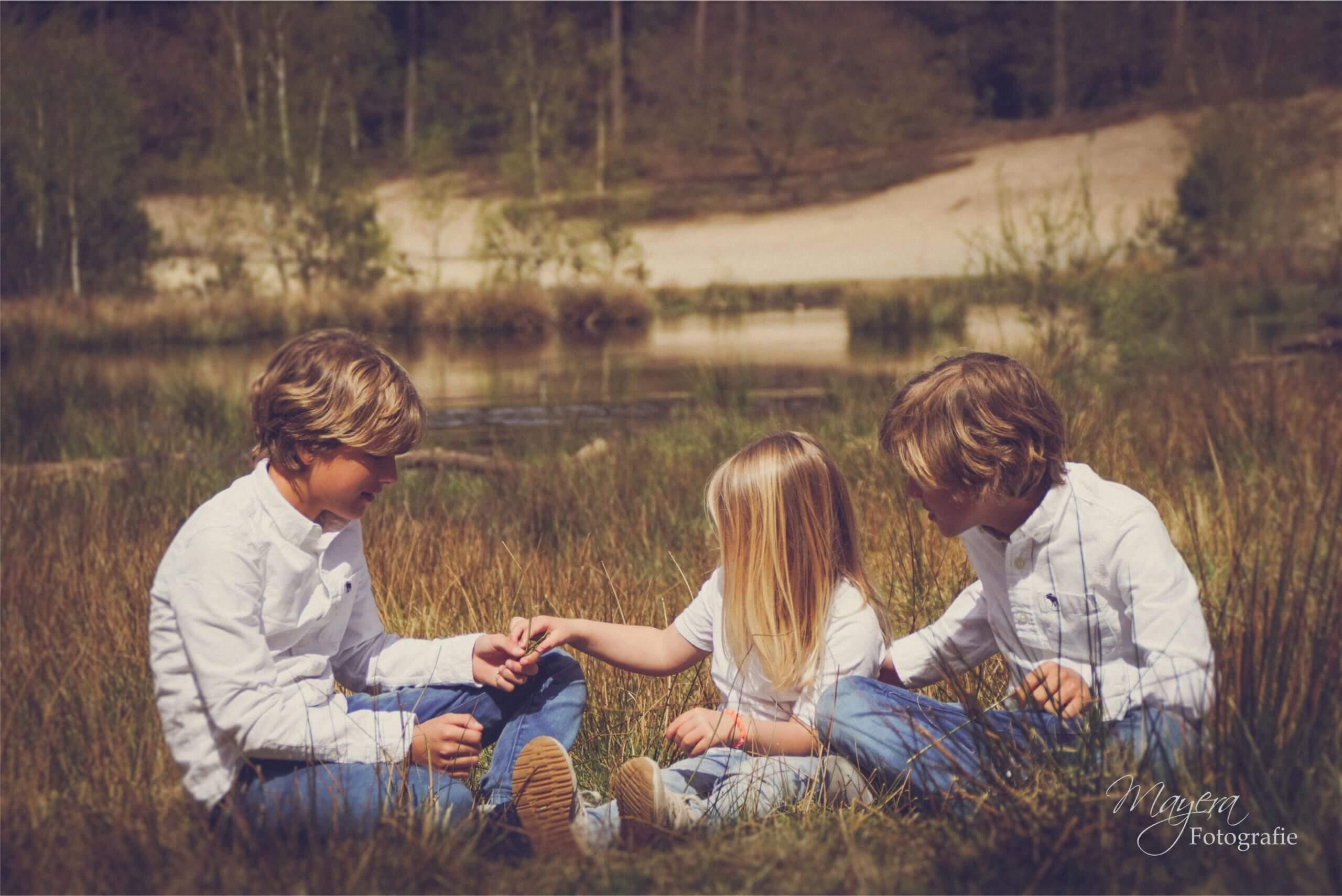 broers en zus samen fotoshoot
