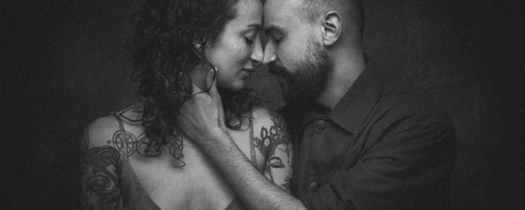 couple liefde loveshoot samen partner zwart wit