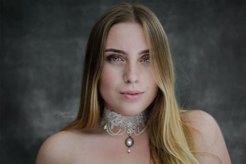 daglicht-portret-dame-buiten-ketting-scaled