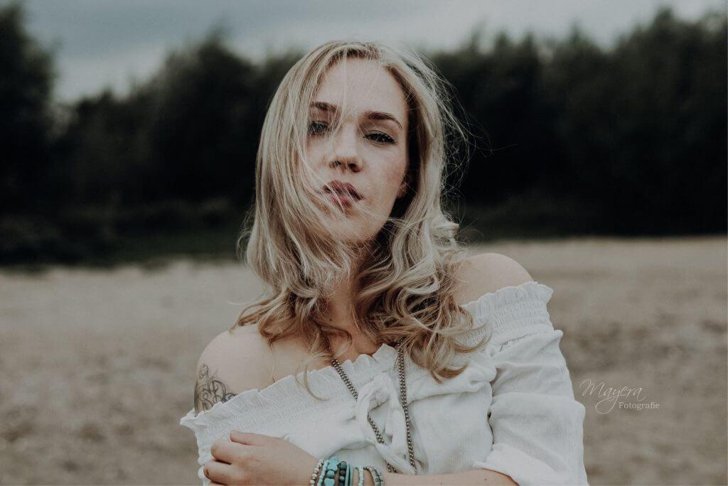 daglicht-portret-dame-buiten-zomer-scaled