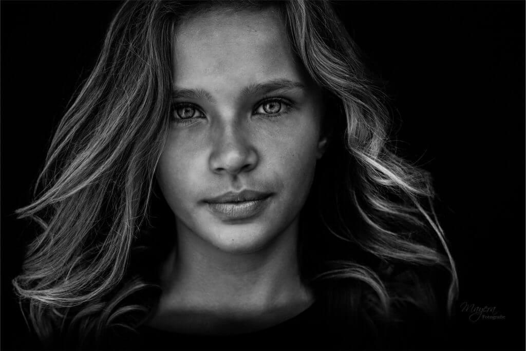 fine-art-portret-meisje-studio-zwart-wit-scaled