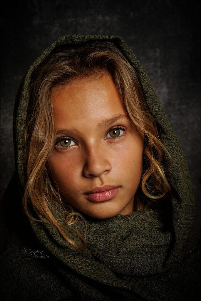 groene-ogen-meisje-portret-naturel-fotoshoot-wijk-bij-duurstede-1-scaled