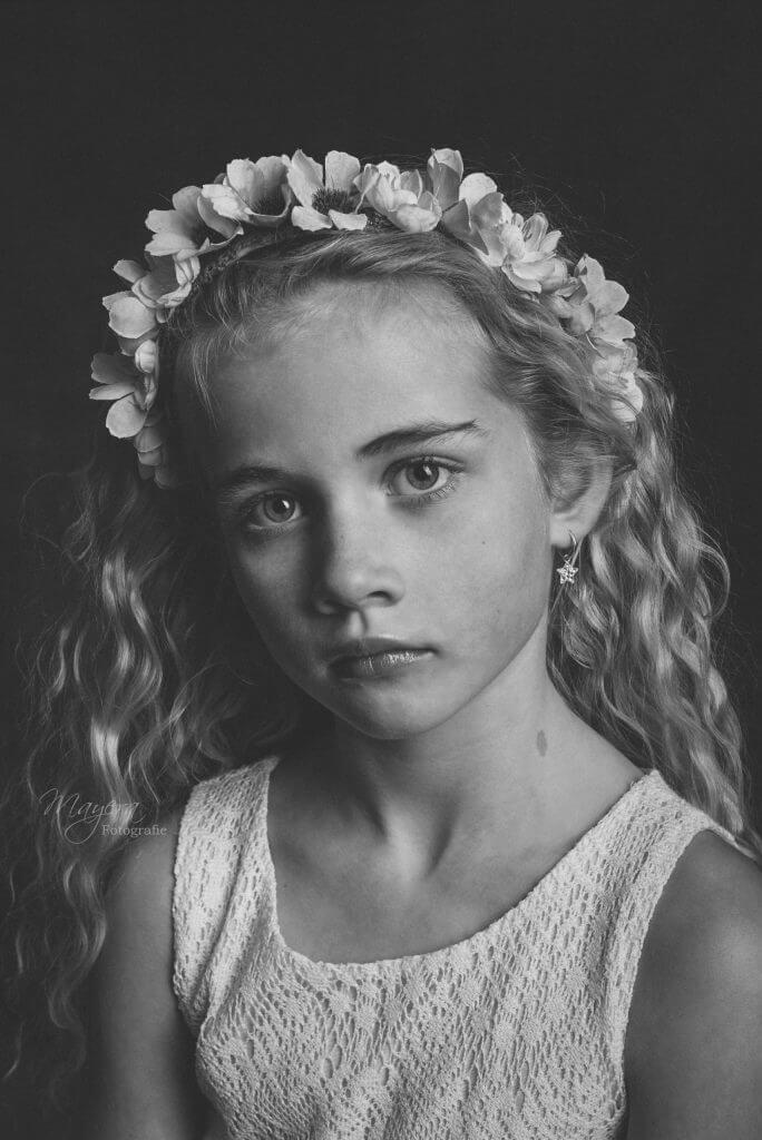 meisje-model-zwart-wit-bloemen-wijk-bij-duurstede-scaled