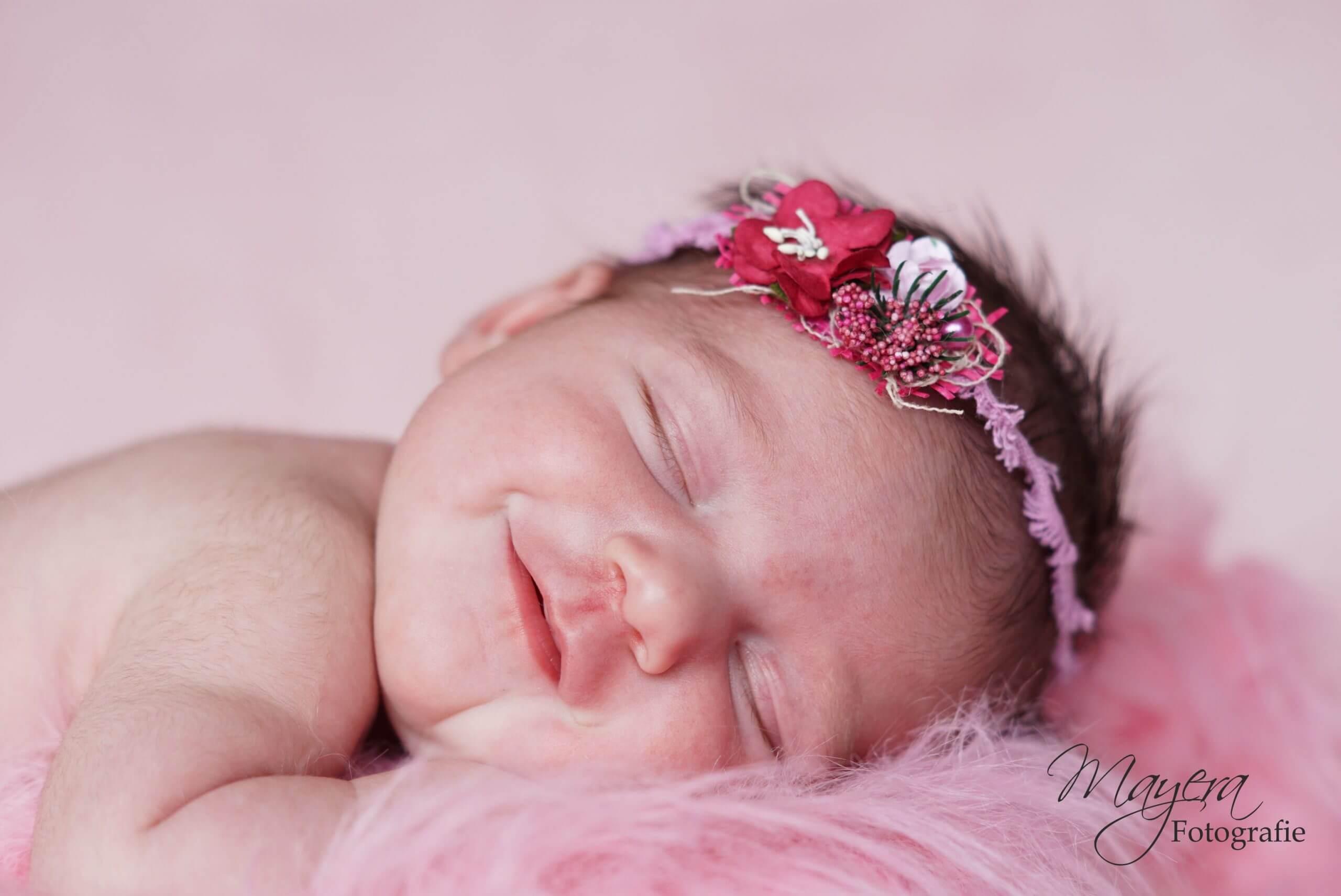 newborn meisje bloemen roze