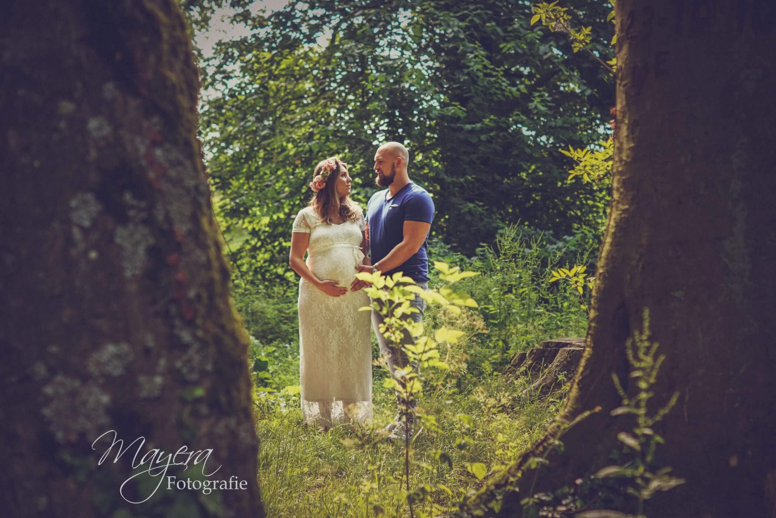 romantisch koppel zwangerschap bos