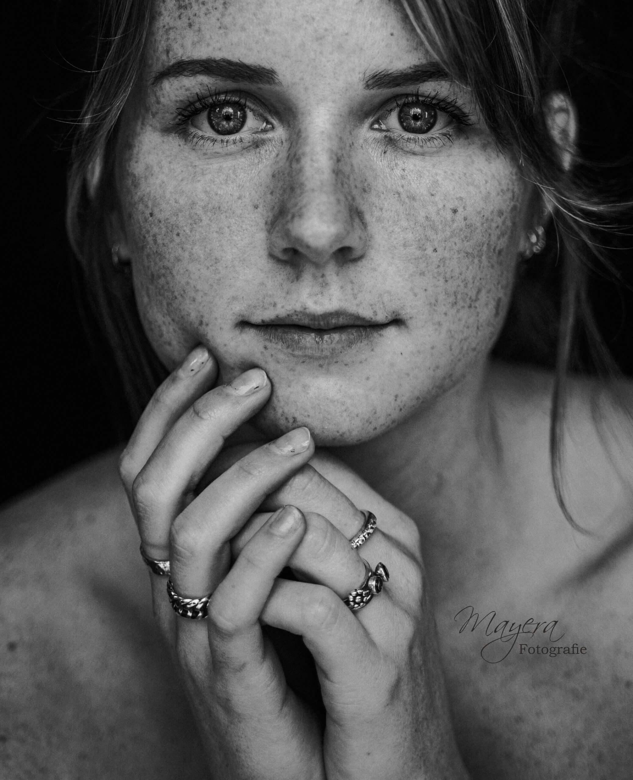 zwart-wit-portret-meisje-fotoshoot-photoshoot-wijk-bij-duurstede-scaled