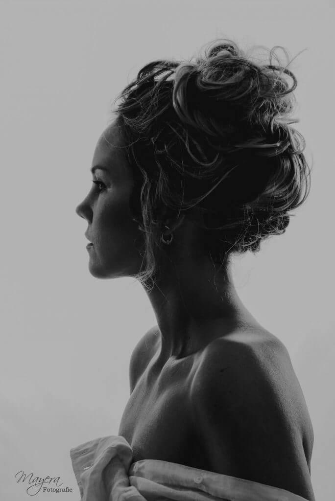 zwart-wit-studio-vrouw-scaled