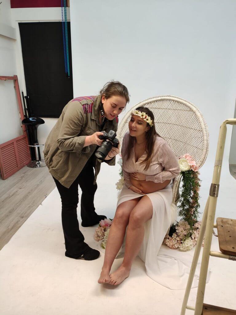 Backstage zwangerschapsfotoshoot bloemen vrouw