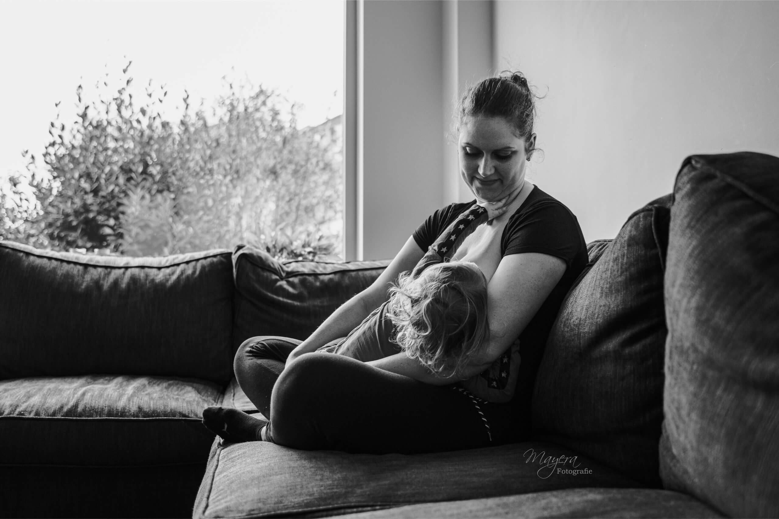 Borstvoedingsshoot samen moeder dochter Elst