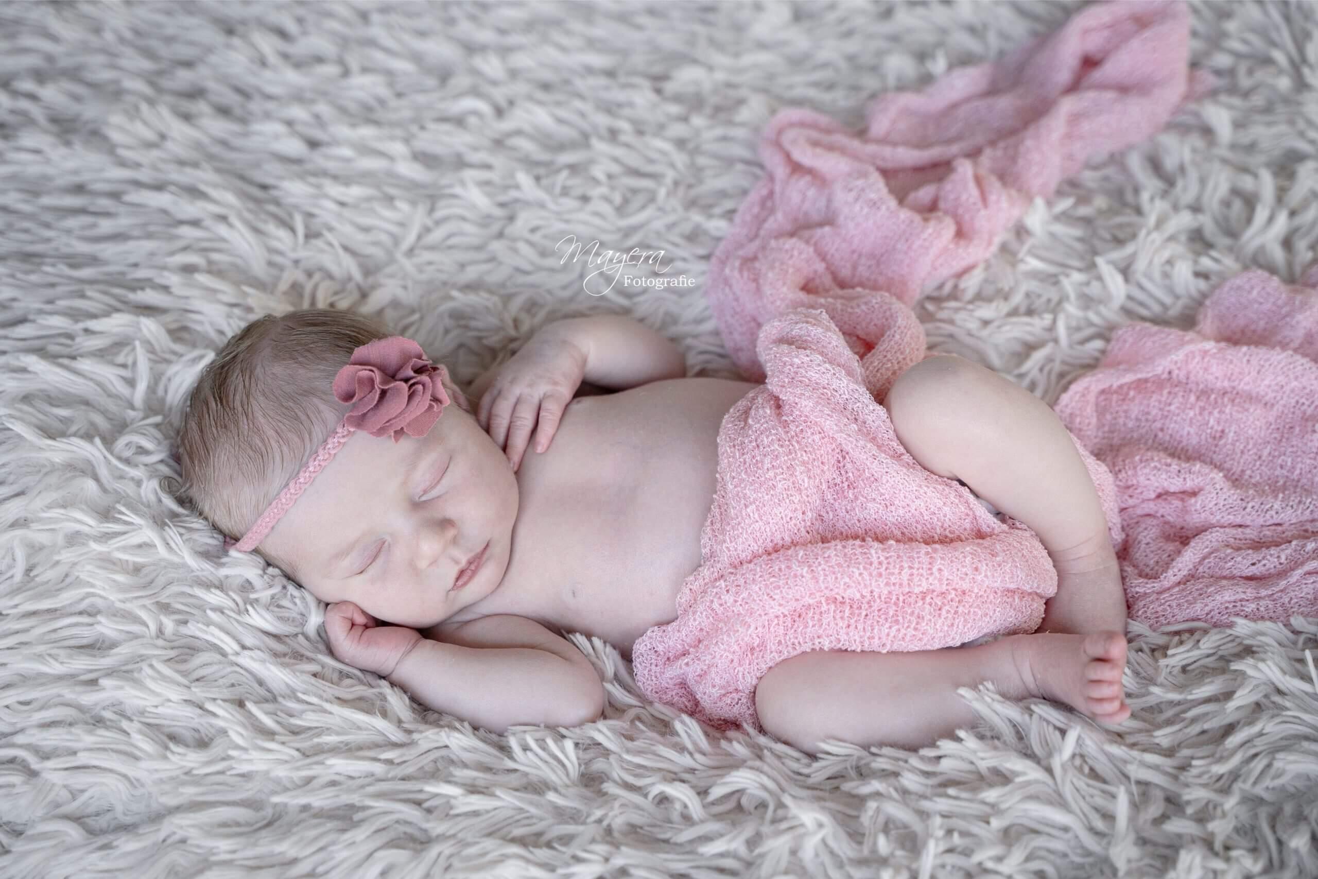 Newborn baby girl fotografe Utrecht roze