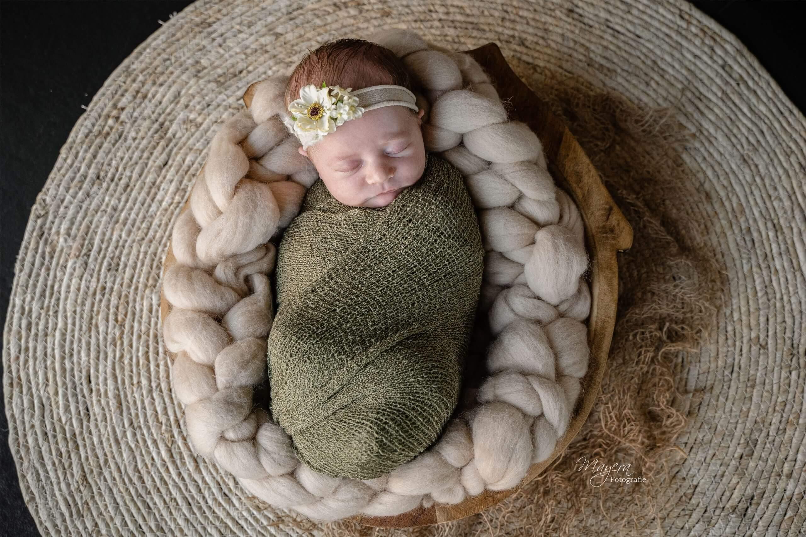 Newborn baby girl fotografe cothen pure puur