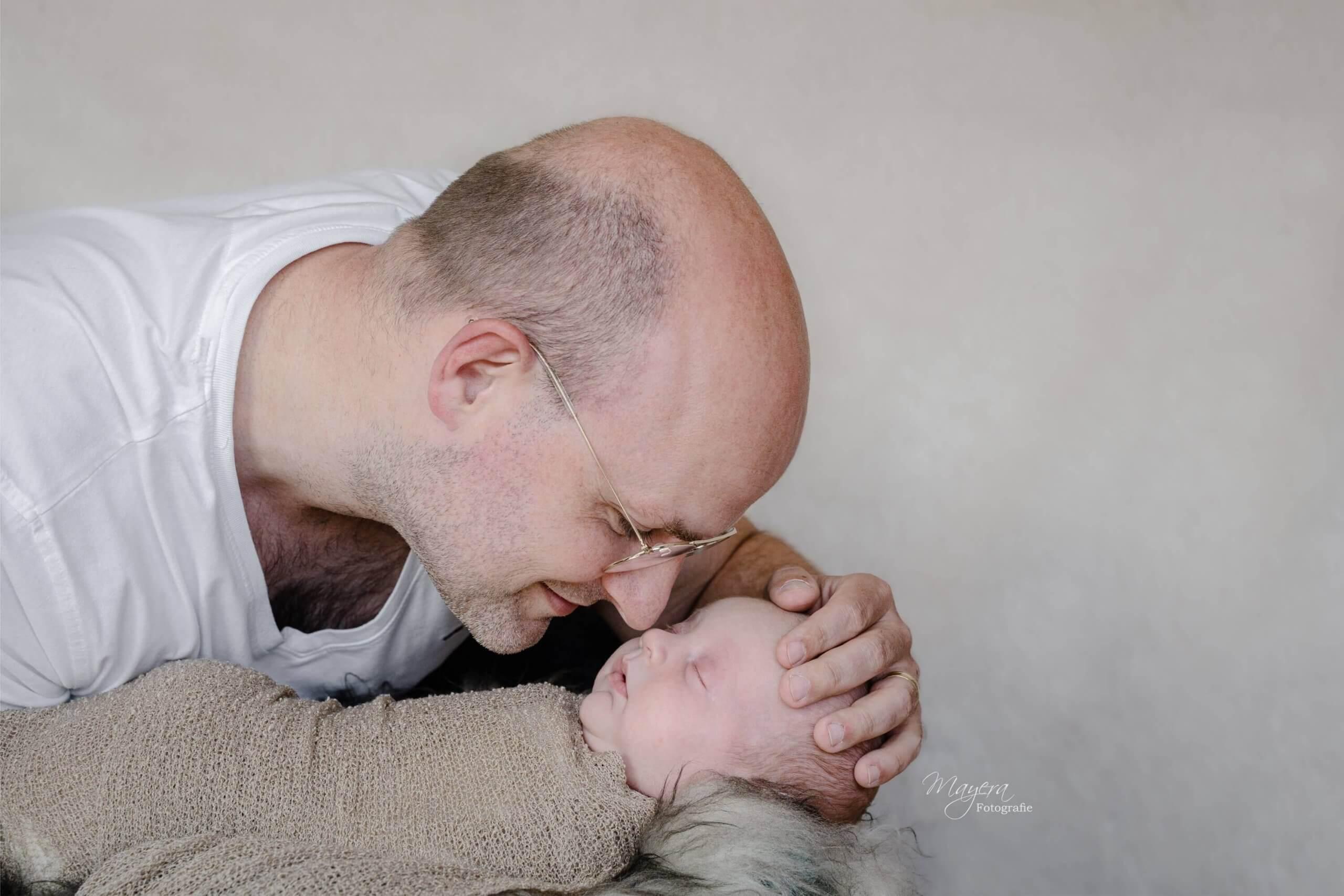 Newborn vader trots fotoshoot newbornsessie Woerden fotografie