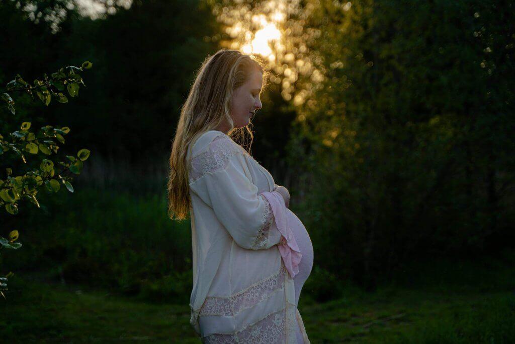 Zwangerschapsjurk zonsondergang zonlicht kimono Utrecht fotoshoot