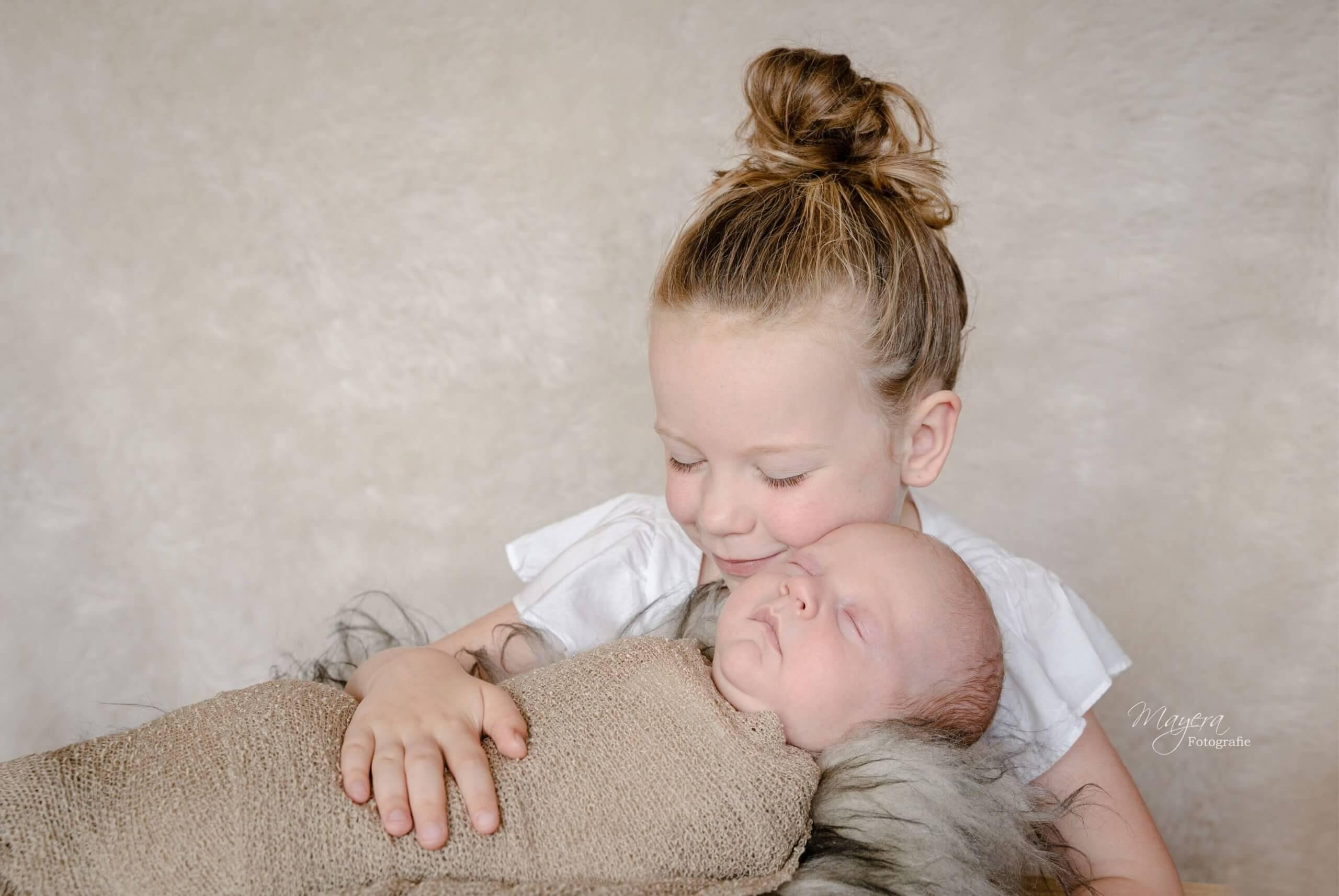 newborn broer grote zus knuffel samen lief utrecht smile