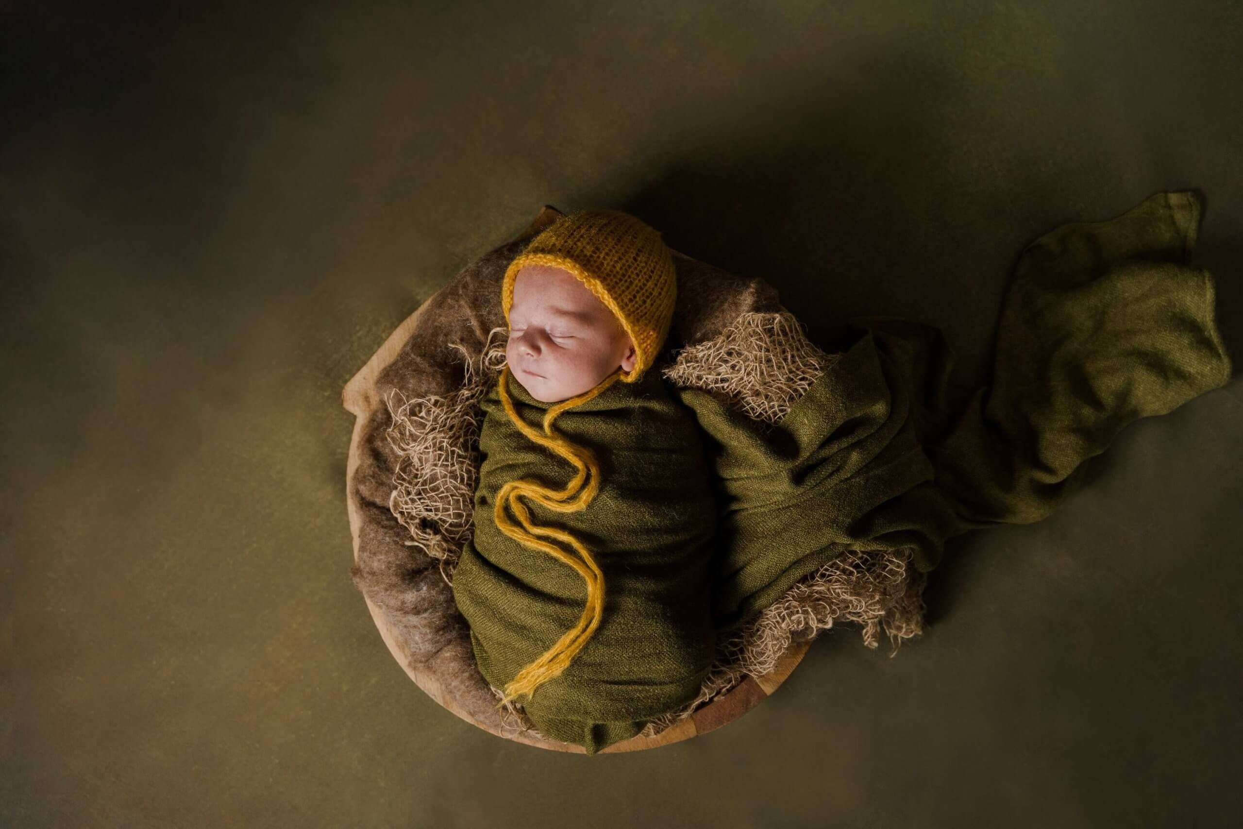 Newborn thuis portret groen fotoachtergrond