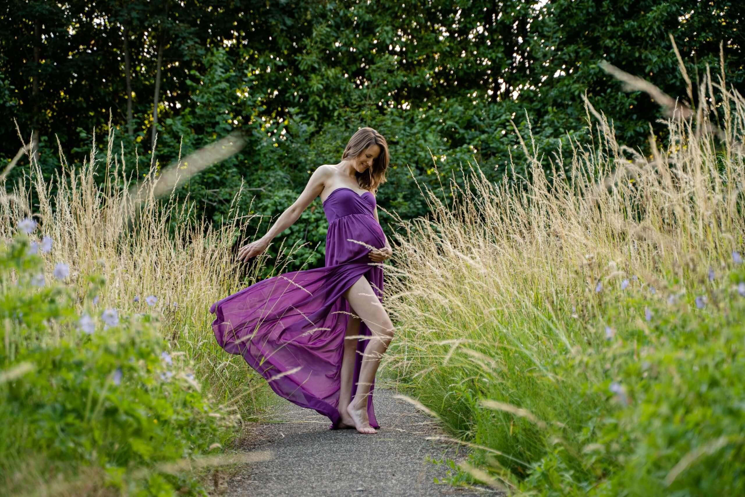 Zwangerschap jurk paars doek bloemen veld