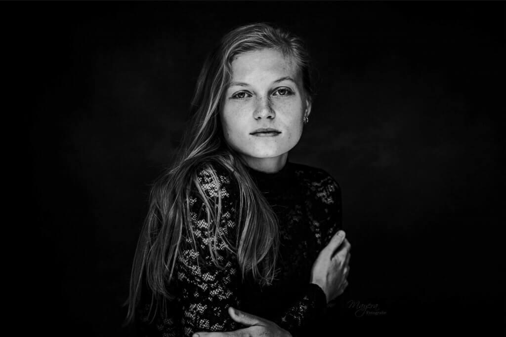 portret dame meisje zwart wit studio daglicht