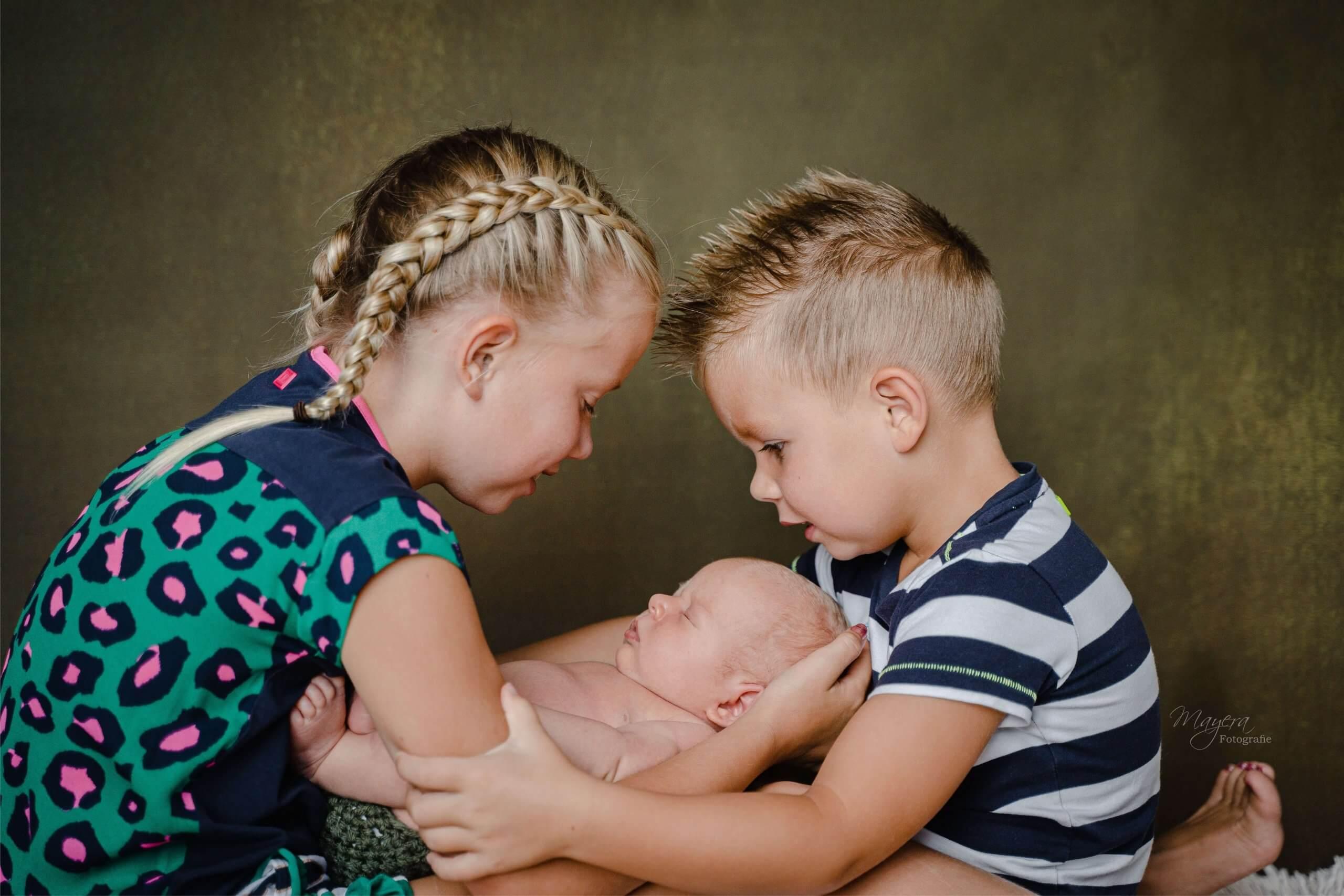 Newborn broer en zus familie samen daglicht portret werkhoven