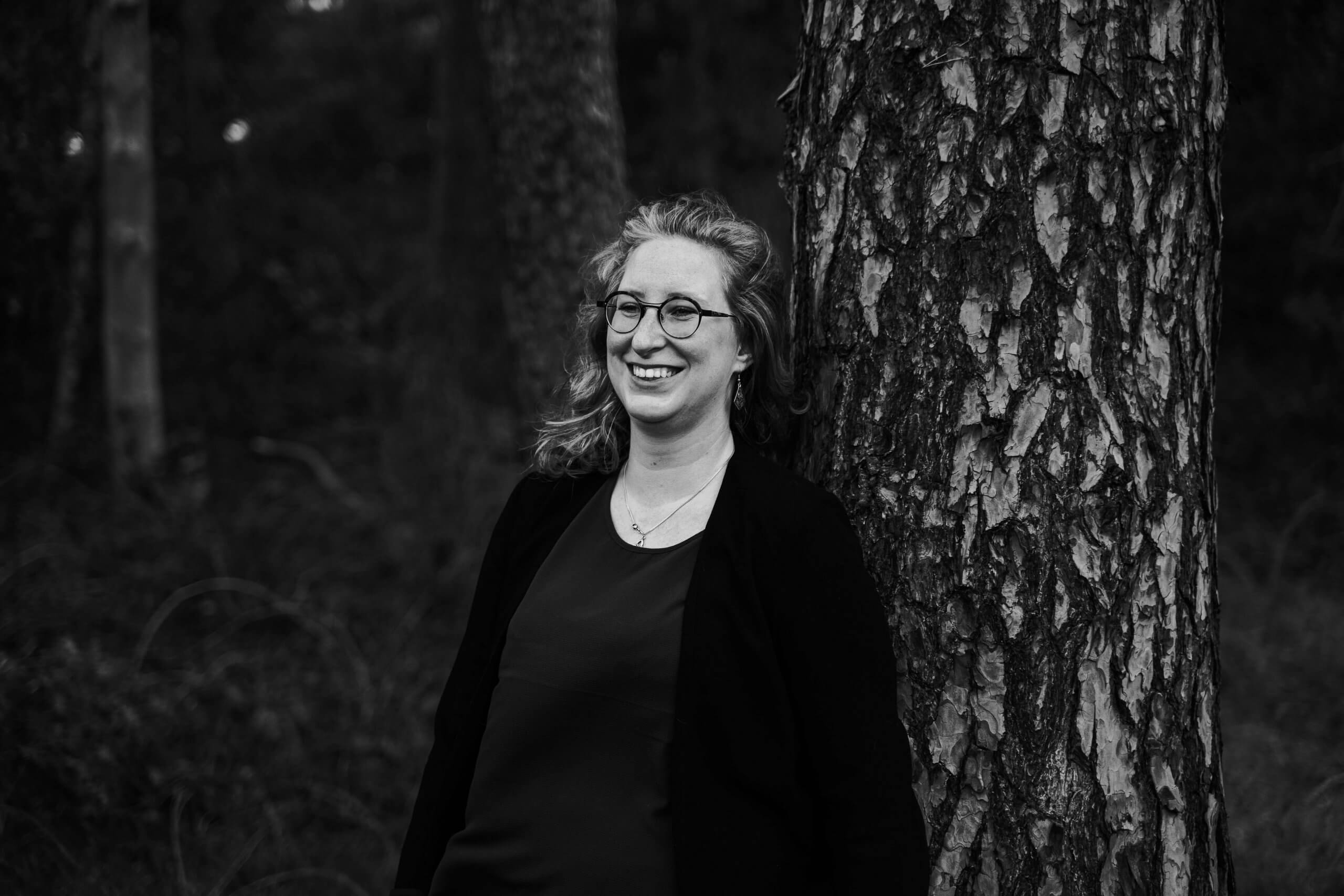 Bedrijfsreportage content beeldbank buiten bedrijf zzper vrouwelijke ondernemer buiten zwart wit