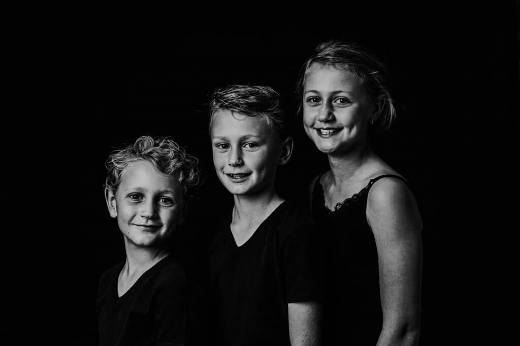 Familie kids broer en zus samen portret familieportret amersfoort huis ter heide maarn