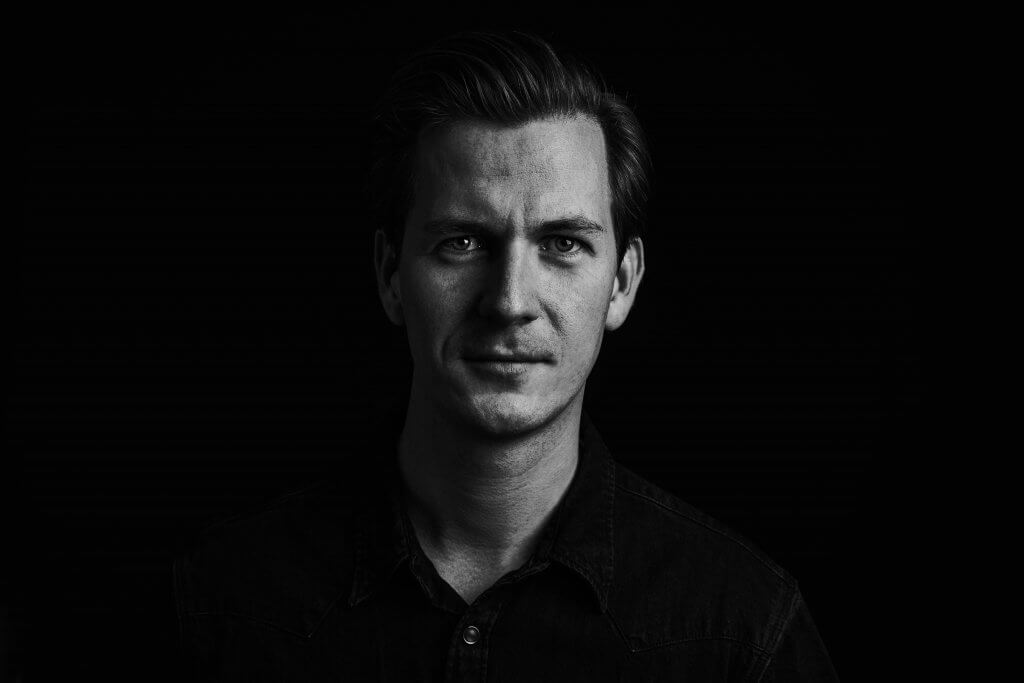 Portret man sterk zwart wit donker studio lights softboxen