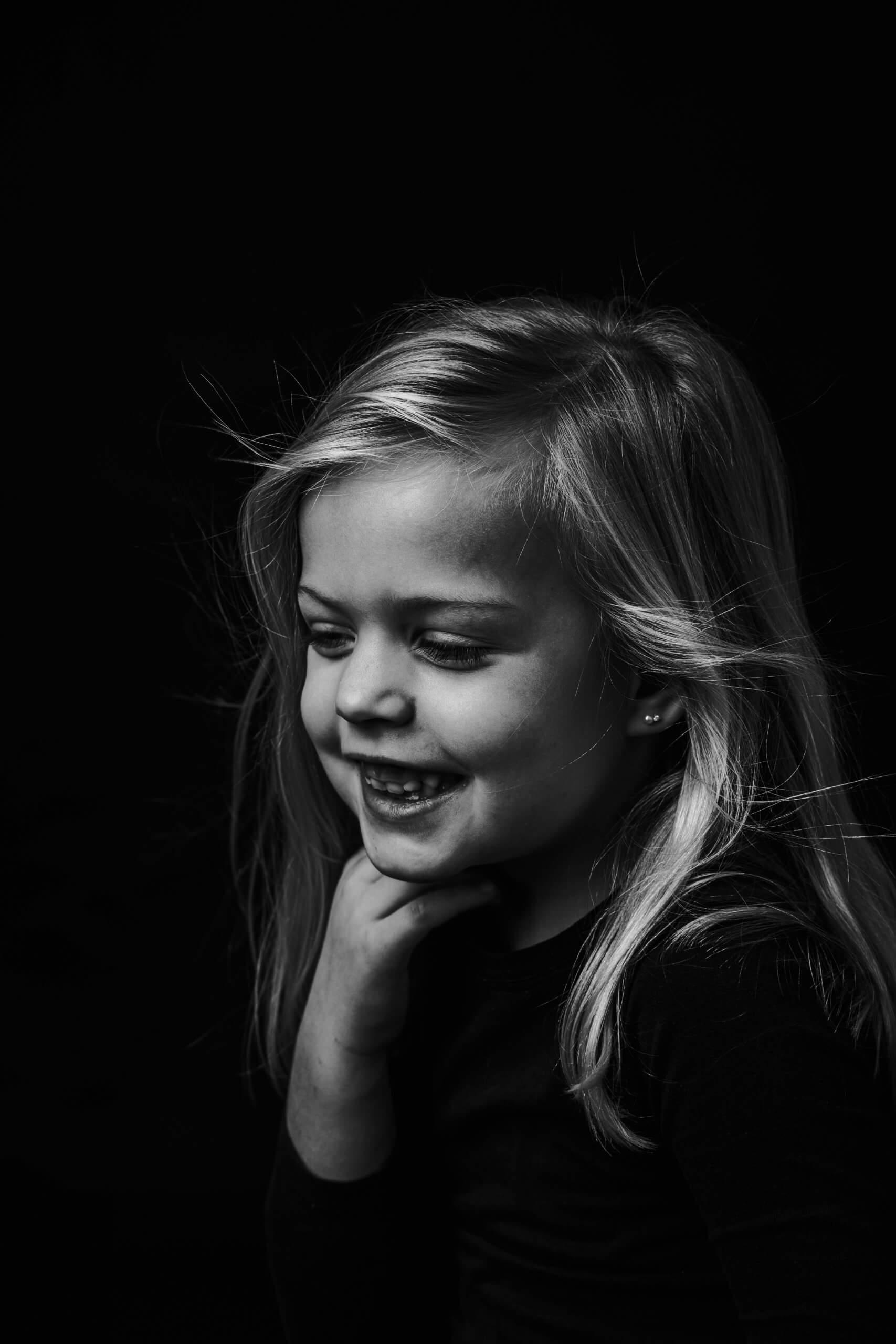 Portret meisje fine art wind studio zwart wit studio