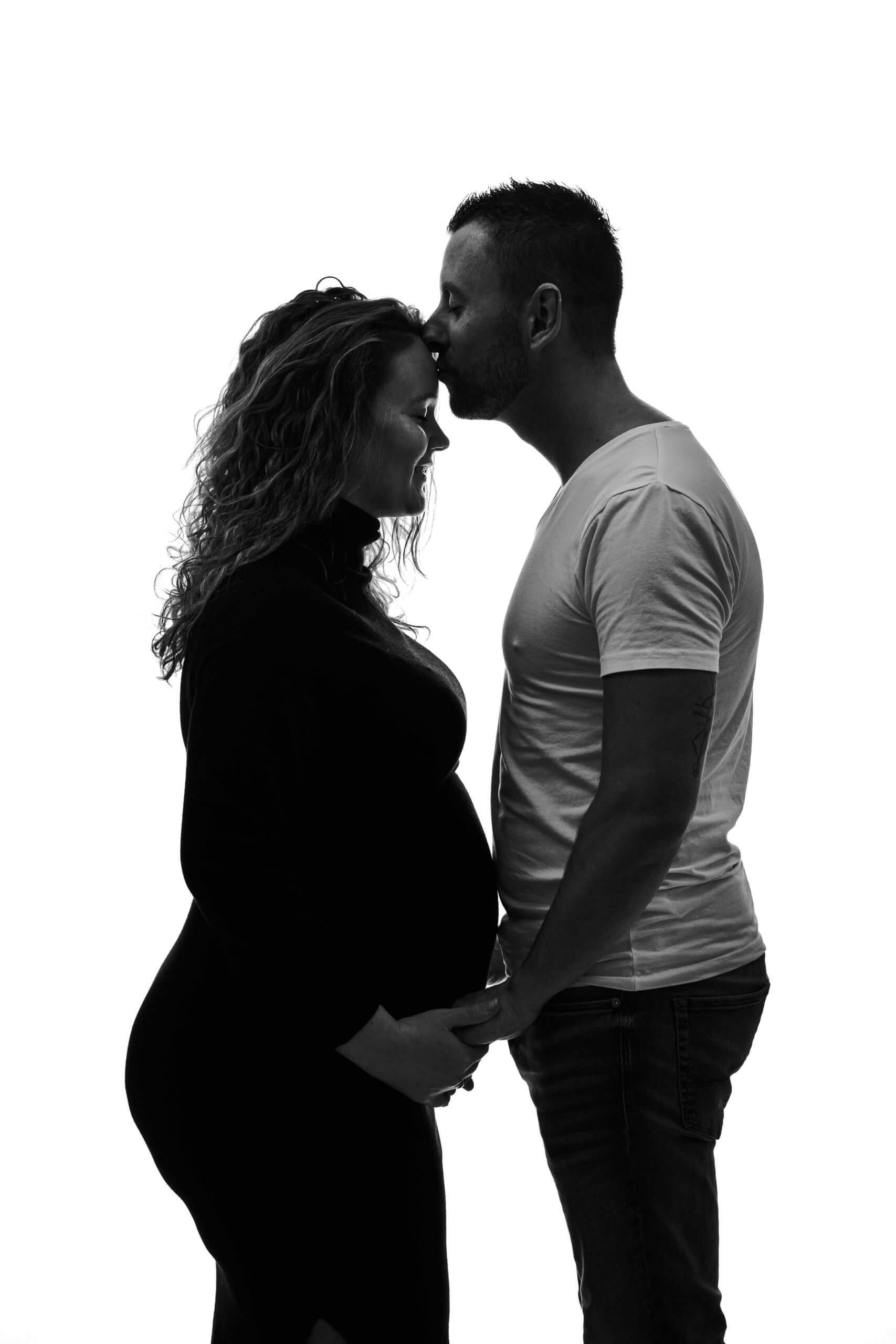 Zwangerschap koppel kusje lief papa to be studio fotoshoot silhouette