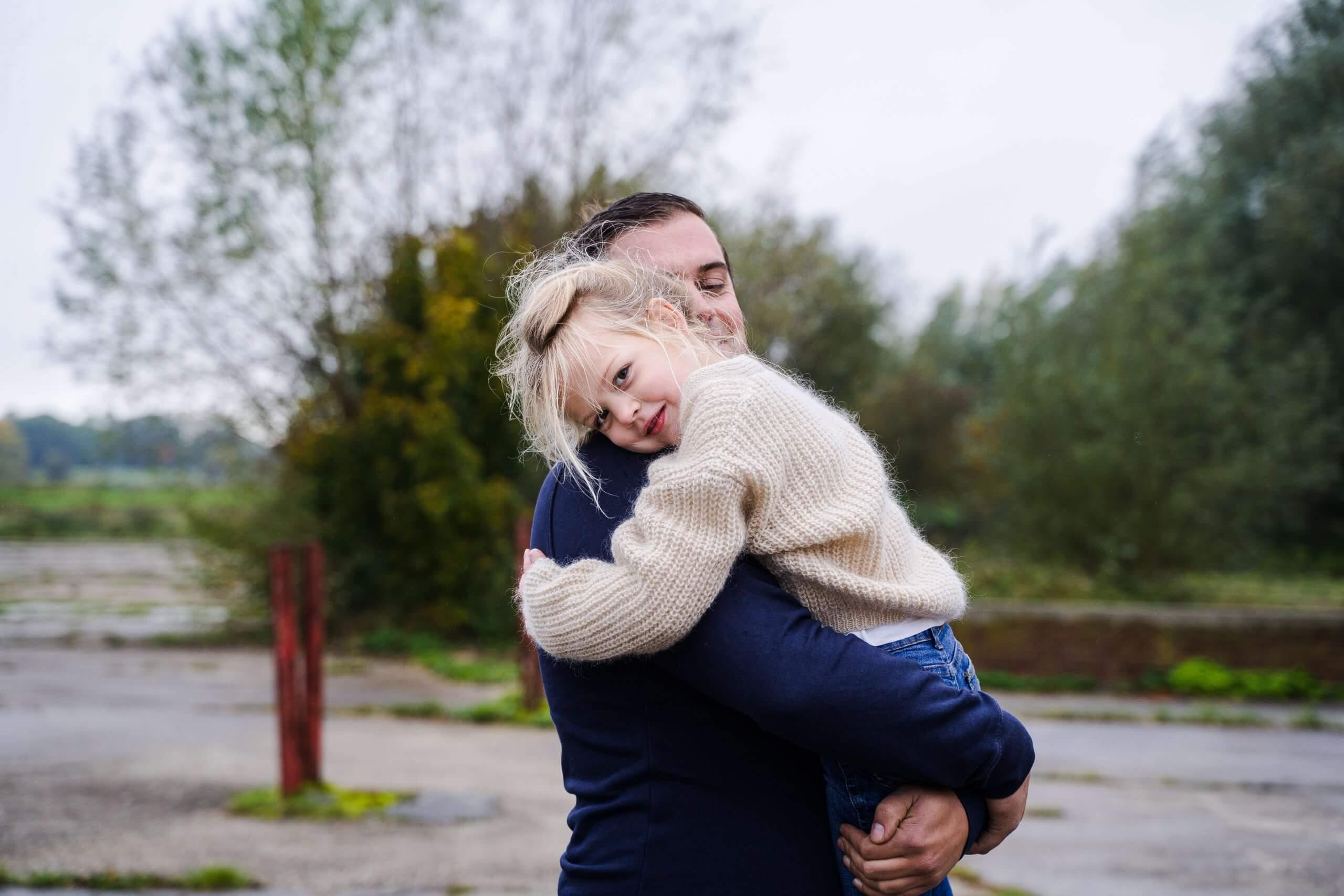 familie kids knuffel familieportret fotograaf gezocht culemborg houten cothen