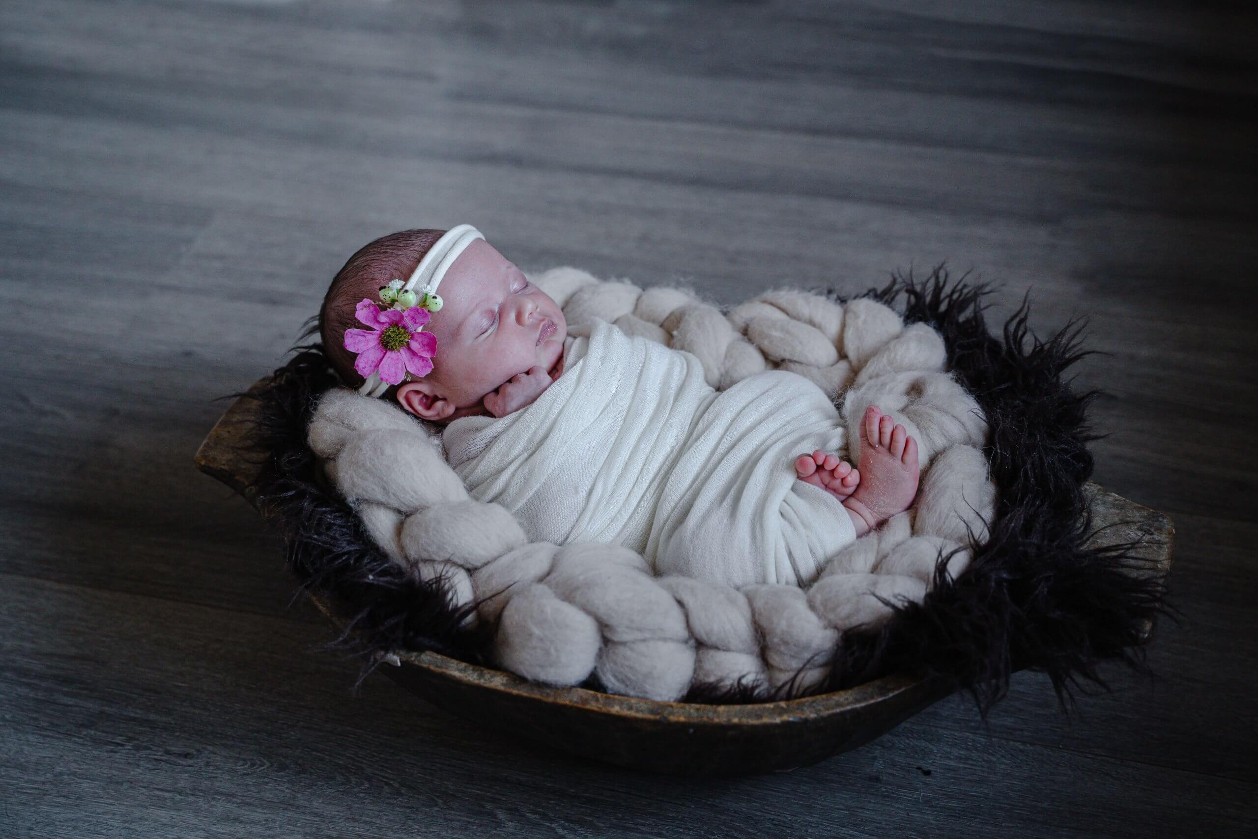 Newborn knuffels lief cute baby newbornbaby fotoshoot bij je thuis at home