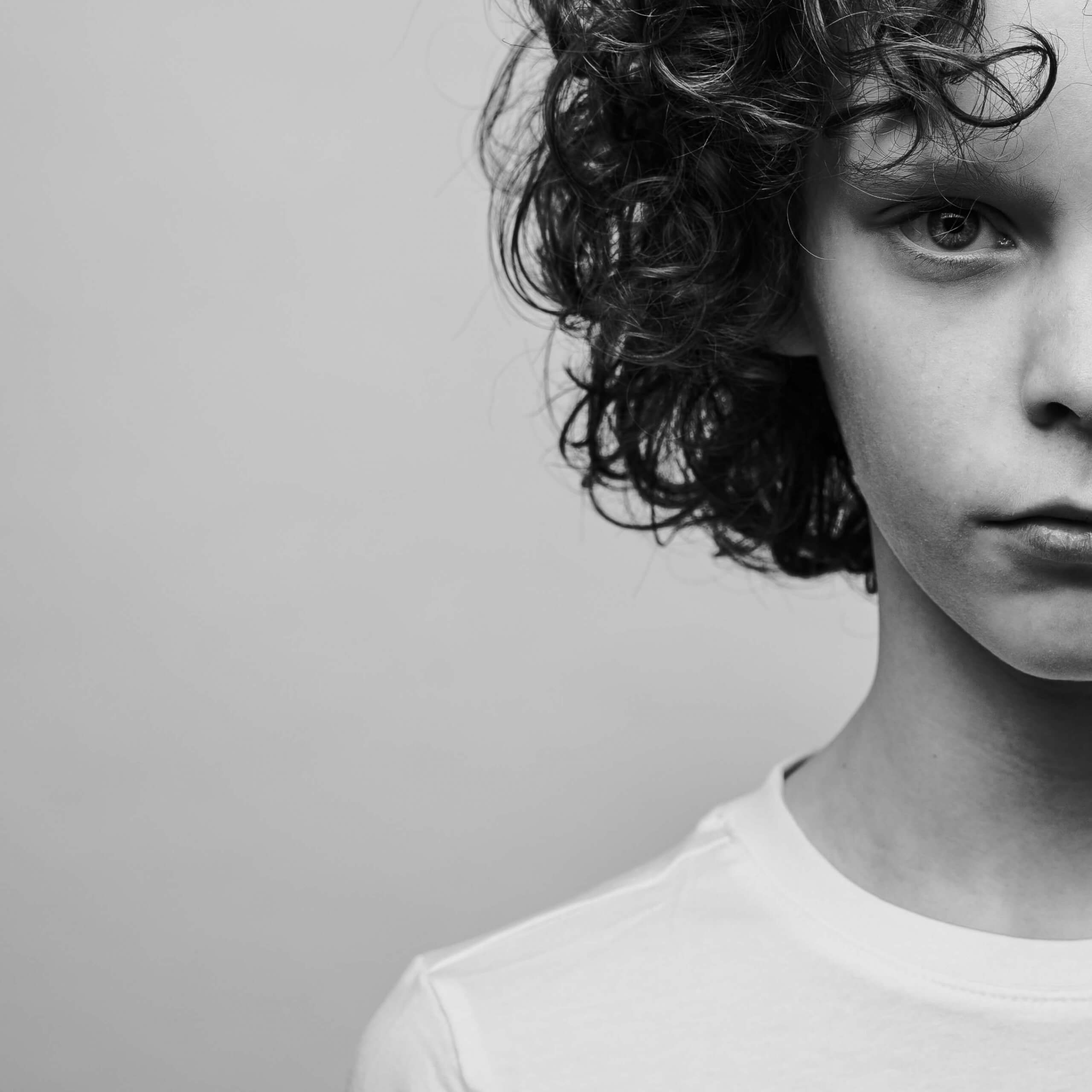 Portret jongen studio fotoshoot zwart wit
