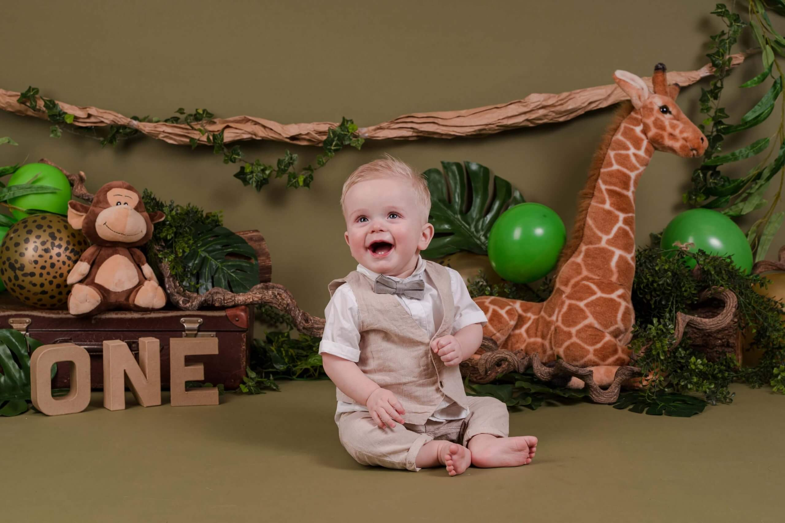 Cake smash jungle thema dieren one jarig feest jongen fotoshoot
