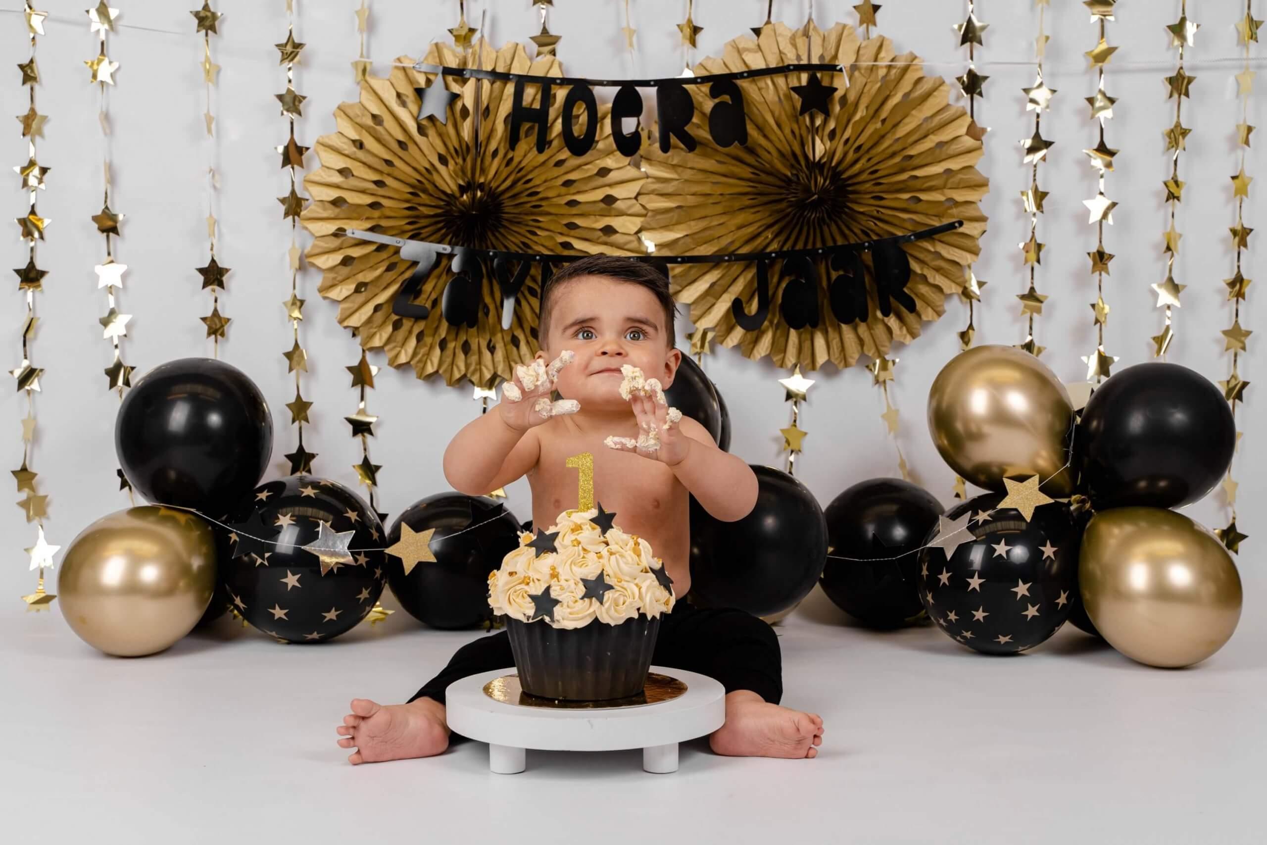Cake smash zwart met goud feest pompon ballonnen sterren jarig one year wild