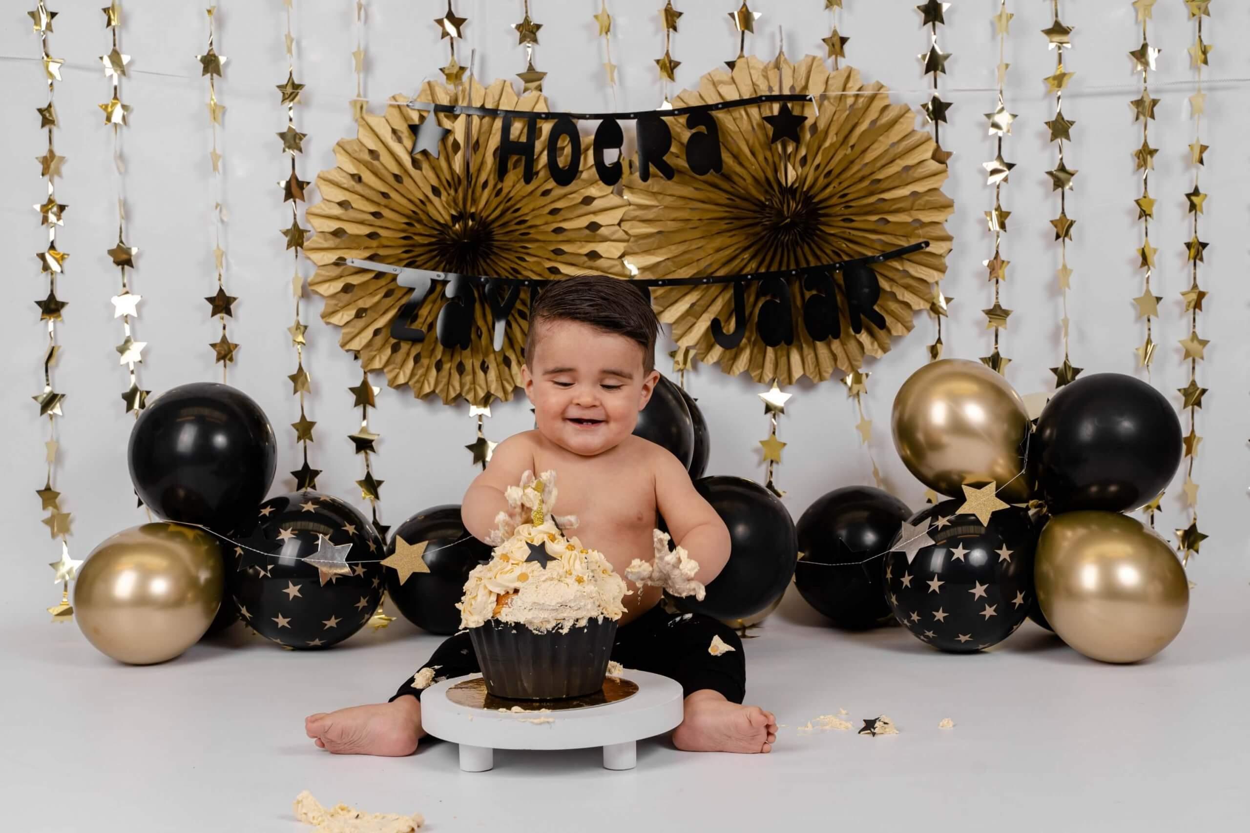 Cake smash zwart met goud feest pompon ballonnen sterren jarig one year wild Amsterdam Haarlem