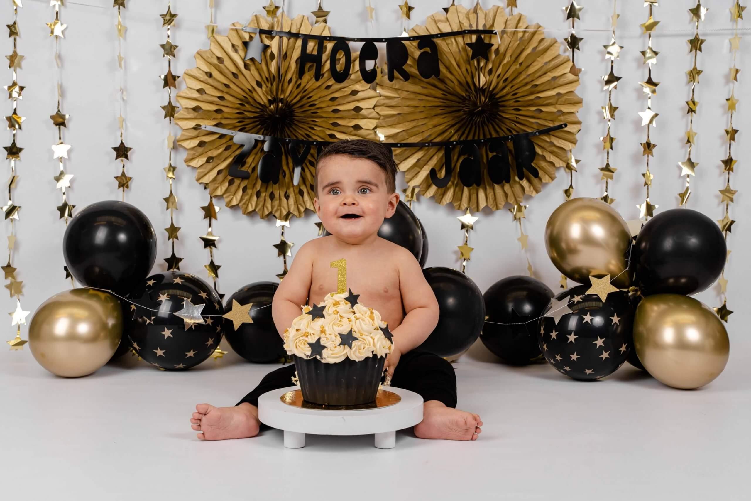 Cake smash zwart met goud feest pompon ballonnen sterren jarig one year wild Rotterdam veenendaal