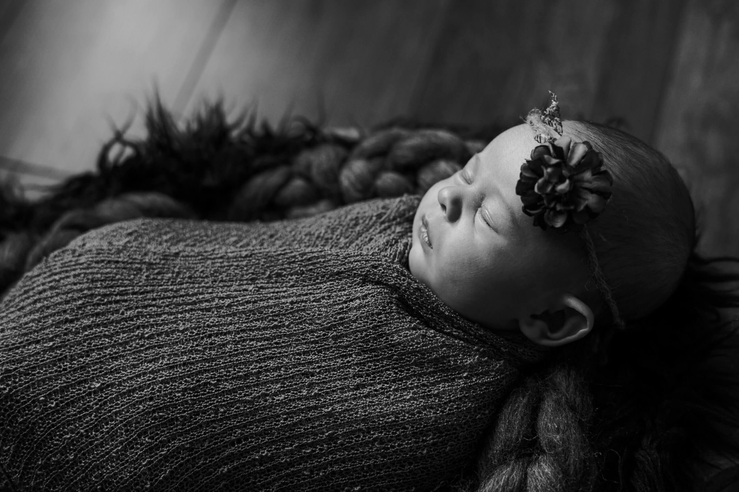 Newborn meisje bloem zwart wit fotoshoot Zeist