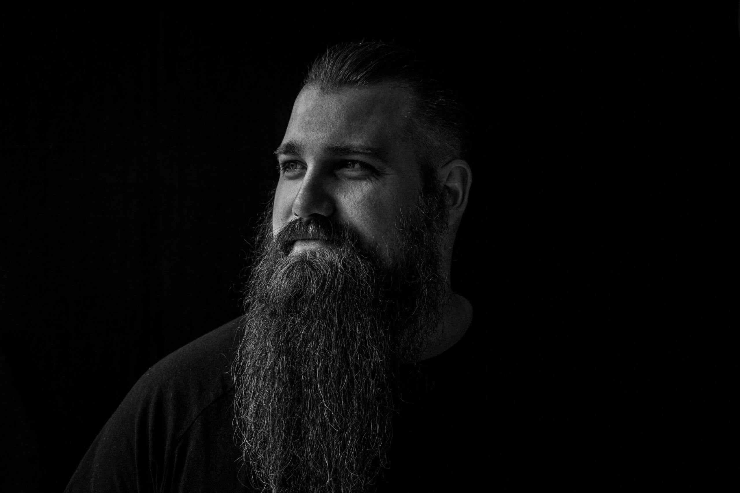 Portret man daglicht zwart wit baard