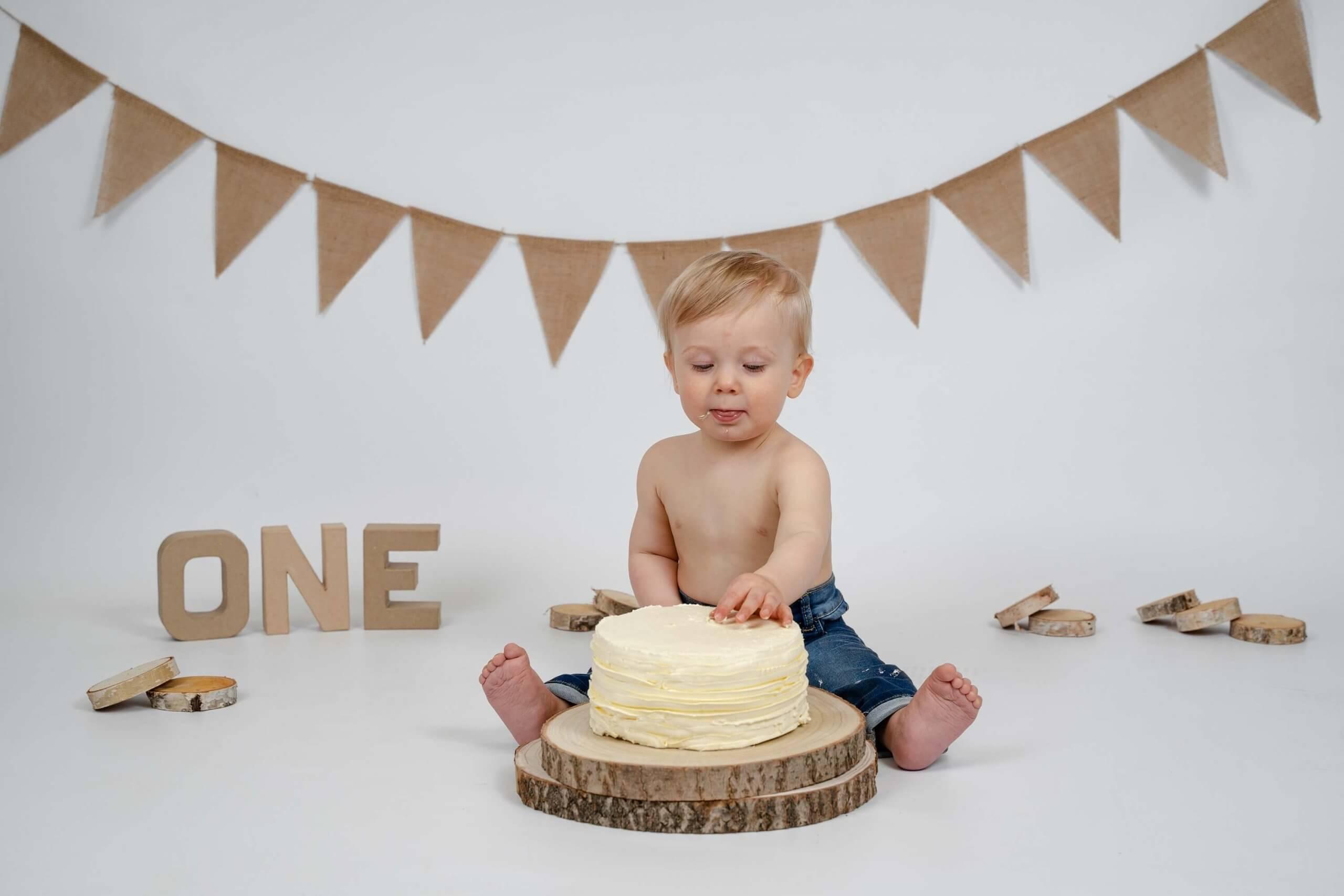 Cake smash natuurlijke kleuren eenvoud slinger feest party taart Cothen studio