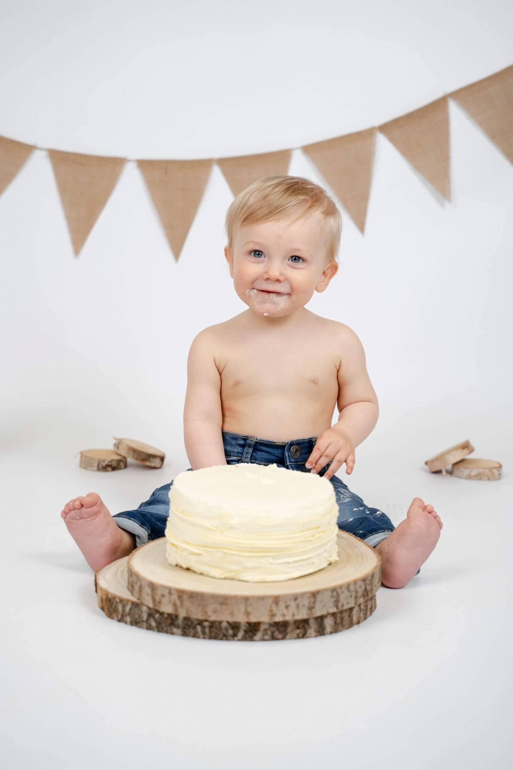 Cake smash natuurlijke kleuren eenvoud slinger feest party taart studio foto