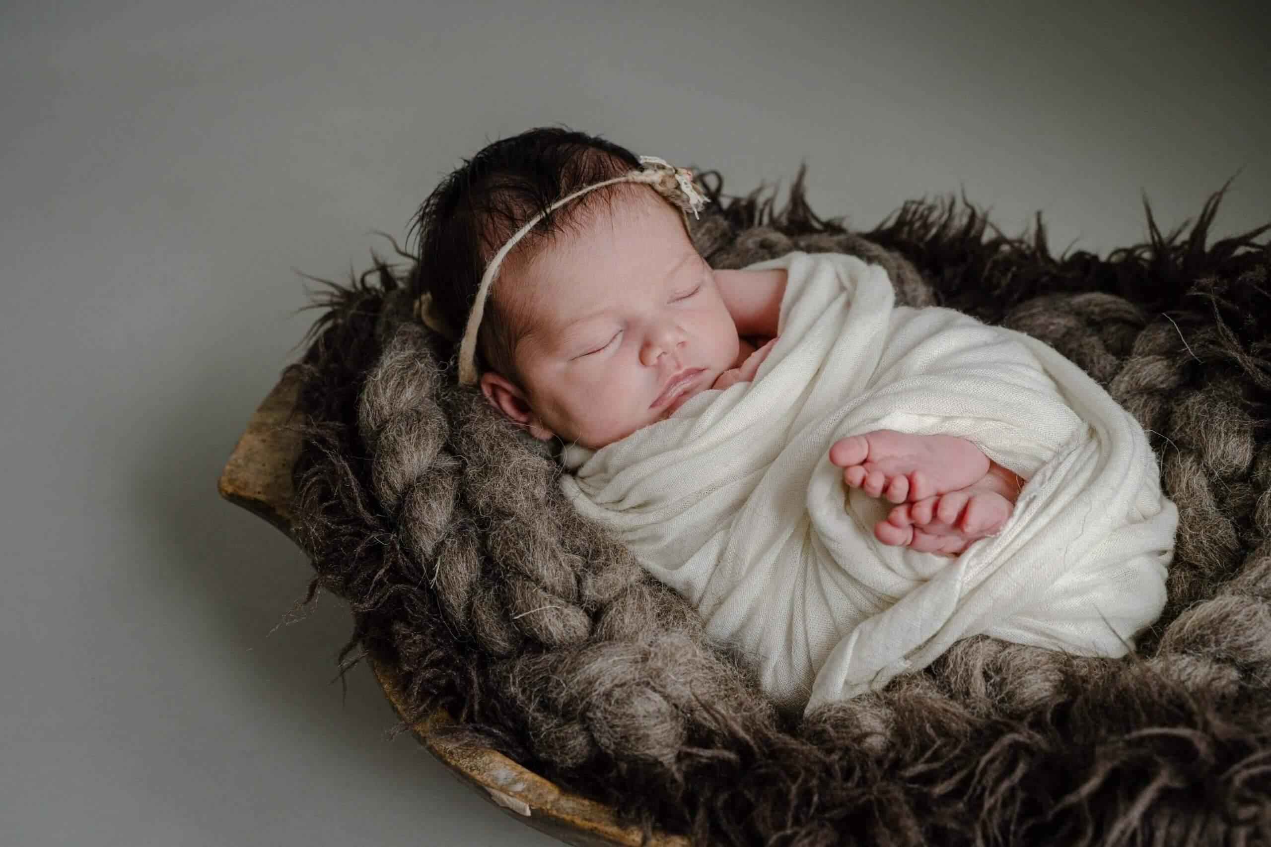 Newborn baby meisje slapen knuffel natuurlijk tinten lief bij je thuis UTrecht