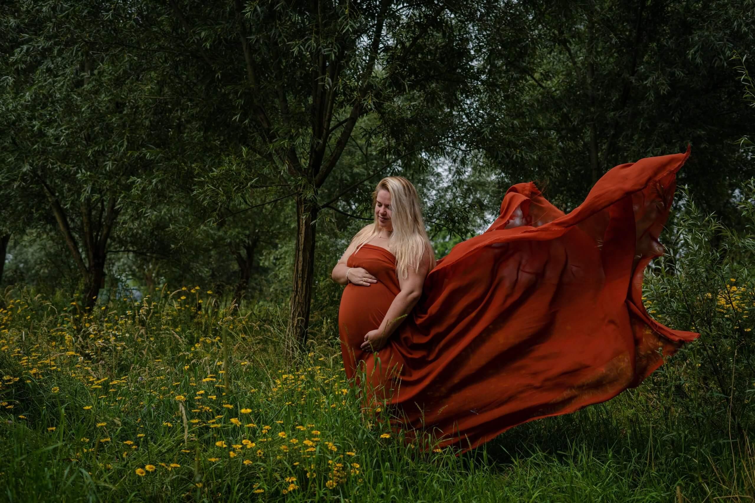 Zwangerschap doek buiten natuur zomer bloemen mommy to be Driebergen